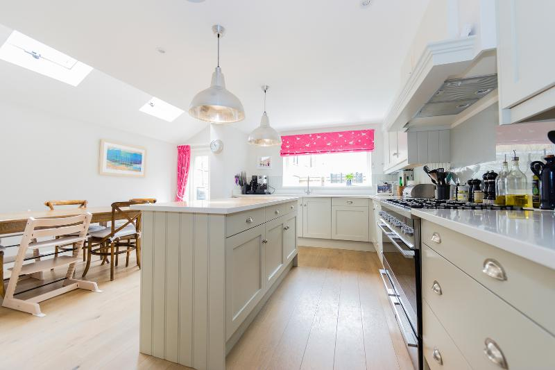 A spacious four-bedroom family home near Wandsworth Common. - Image 1 - London - rentals