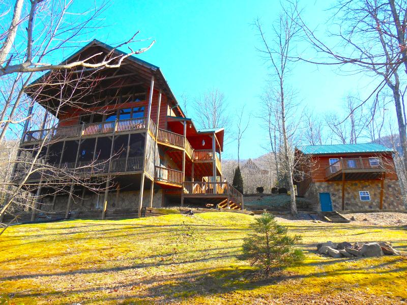 Mountain Estate says all! 5br/5.5ba on main cabin + 1 br/1ba cabin w/ seating area and Movie Theater - 6br/6.5ba Luxury Cabin-Wifi, Hottub,Movie theater - Gatlinburg - rentals