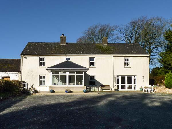 CURRADOON HOUSE, detached farmhouse, solid fuel stove, sun room, parking, garden, in Dungarvan, Ref 932008 - Image 1 - Woodstown - rentals