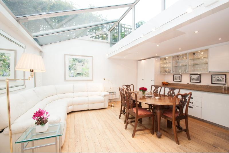 Queensdale Pl, 3 bed, 3 bath mews house, parking, Notting Hill - Image 1 - London - rentals