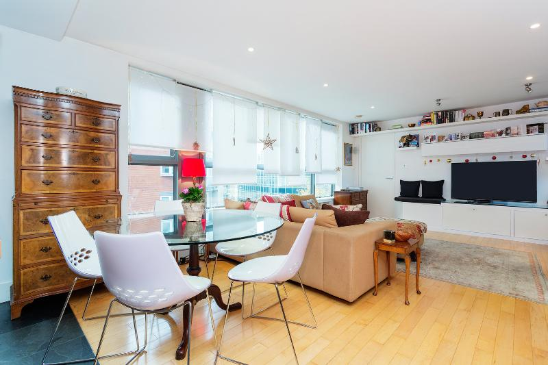 A bright and sleek two-bedroom flat in Borough. - Image 1 - London - rentals