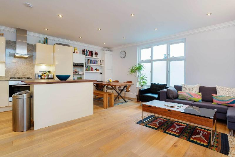A contemporary two-bedroom home nearby Tufnell Park. - Image 1 - London - rentals