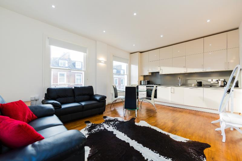 A contemporary one-bedroom apartment in Kensington. - Image 1 - London - rentals
