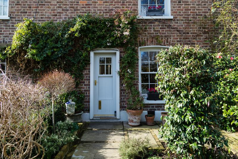 A stunning two-bedroom modern cottage nearby the river in Chiswick. - Image 1 - London - rentals