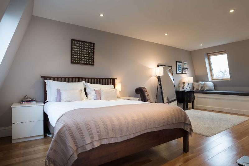 A sleek and contemporary three-bedroom family home. - Image 1 - London - rentals