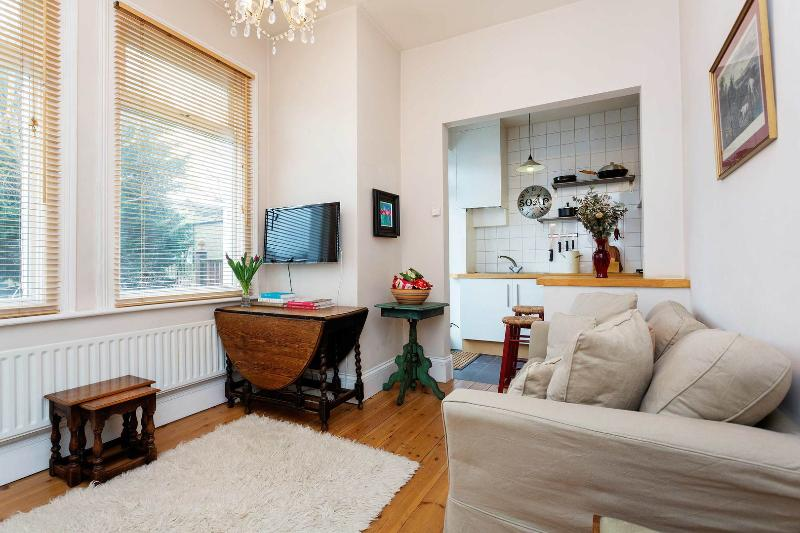 A bright one-bedroom flat with a garden in Putney. - Image 1 - London - rentals