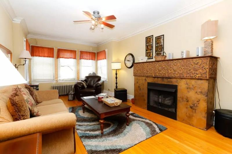 Chicago Apartment With 3 Bedroom, 1 Bathroom - Comfortable and Convenient - Image 1 - Chicago - rentals