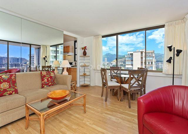 Corner Unit with washer/dryer,  full kitchen, WiFi, pool & parking! - Image 1 - Waikiki - rentals
