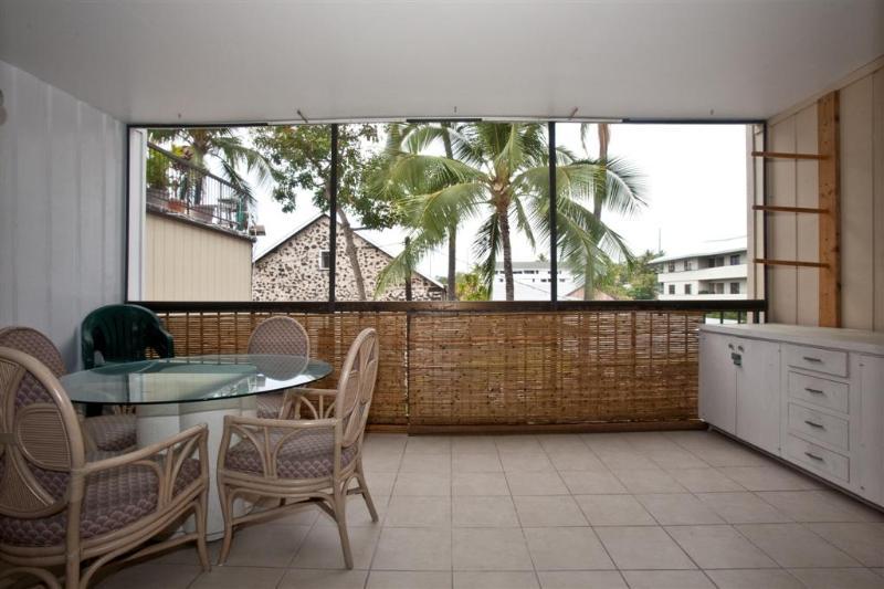 Private screened in lanai with dining area for 4 - Kona Plaza In The Heart of Kailua Kona - Kailua-Kona - rentals