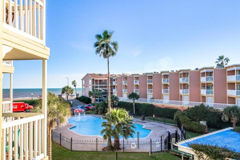 Pool views and shared hot tub in fantastic island location! - Image 1 - Galveston Island - rentals