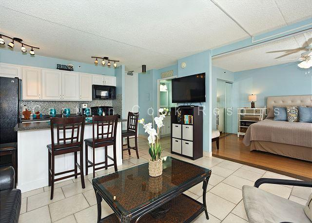 Great one-bedroom close to beaches, park, zoo.  Has AC, WiFi, pool, parking! - Image 1 - Waikiki - rentals