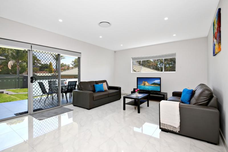Bright and Spacious Living Areas with access to outdoor backyard - HYDRAE VILLAS - SYDNEY - GREAT FOR LARGER GROUPS - Revesby - rentals
