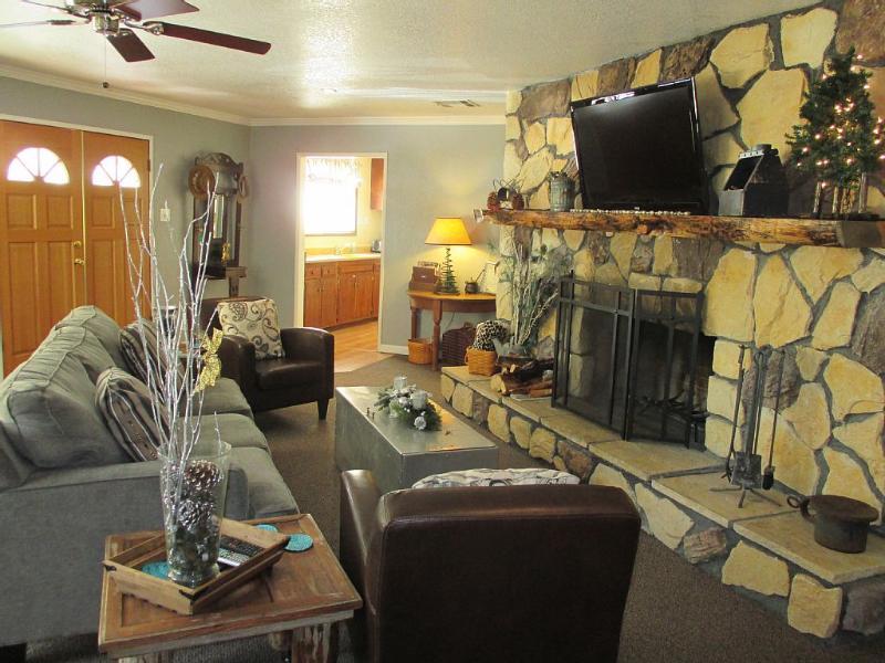 Fantastic cabin - centrally located.  Board/game table - HOT TUB!! - MLK - AVAILABLE - HOT TUB - NETFLIX - HULU - Big Bear Lake - rentals