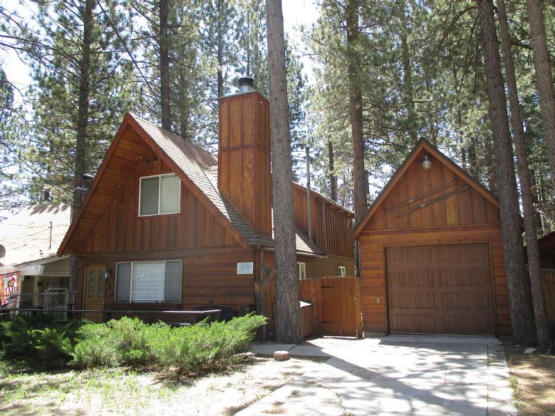 HONEY BEAR cabin.  A beautiful and upgraded cabin for 8 guests.  3br/2ba - wifi - FREE CLEANING SEPTEMBER ONLY!!  FOOSBALL - WIFI - Big Bear Area - rentals