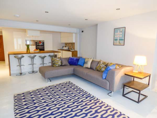 GARDEN FLAT, superb ground floor apartment, open plan, contemporary, all amenities 5 mins walk away, in Scarborough, Ref 933669 - Image 1 - Scarborough - rentals