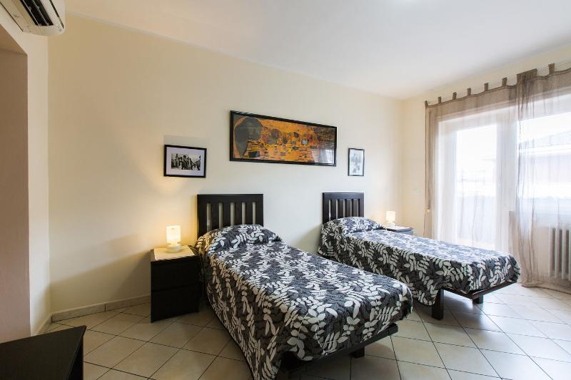 The Twin Bedroom - Lovely apartment in the heart of Rome - Rome - rentals