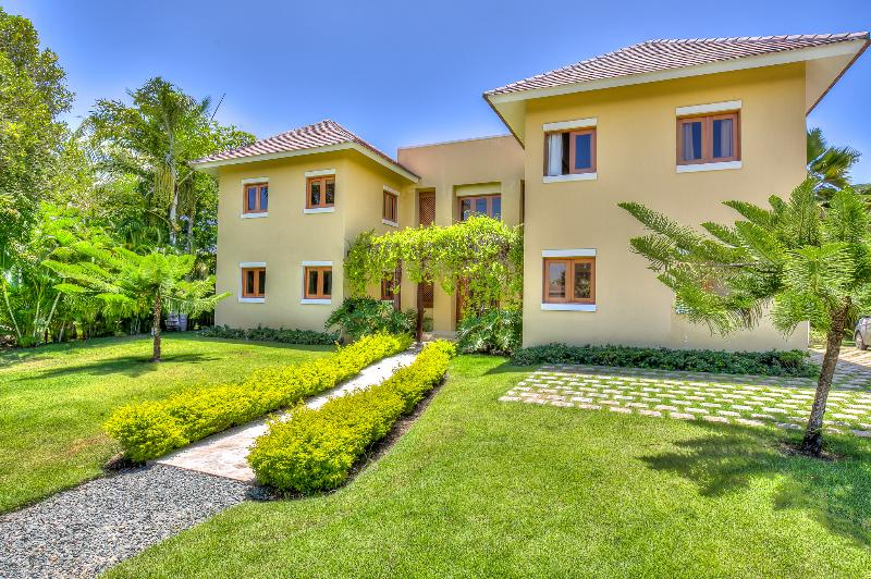 Spacious 5 Bedroom Villa in Punta Cana Resort & Club, Beach Club Access - Image 1 - Punta Cana - rentals