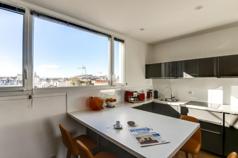9202 vue exterieure et cuisine avec journal.jpg - DURET - Paris - rentals