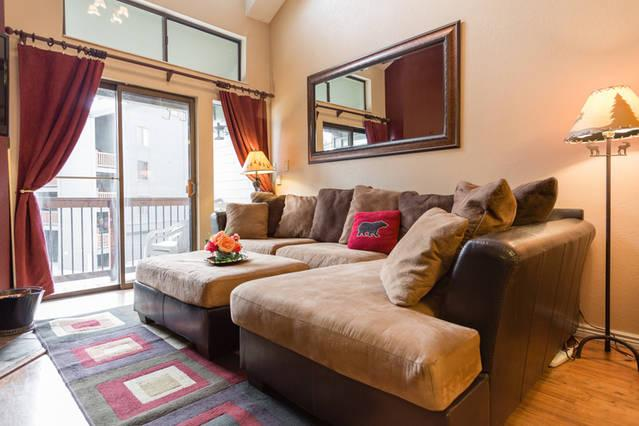 Snuggle up on the large comfy sofa w/ a roaring fire, watching snow fall, & a good HD Netflix movie - Gorgeous condo 3 min walk 2 ski lift, pool, washer - Park City - rentals