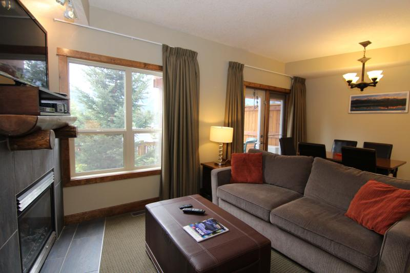 Spacious open plan living area with pull out double sofa bed - Canmore Fire Mountain 3 Bedroom Condo - Canmore - rentals