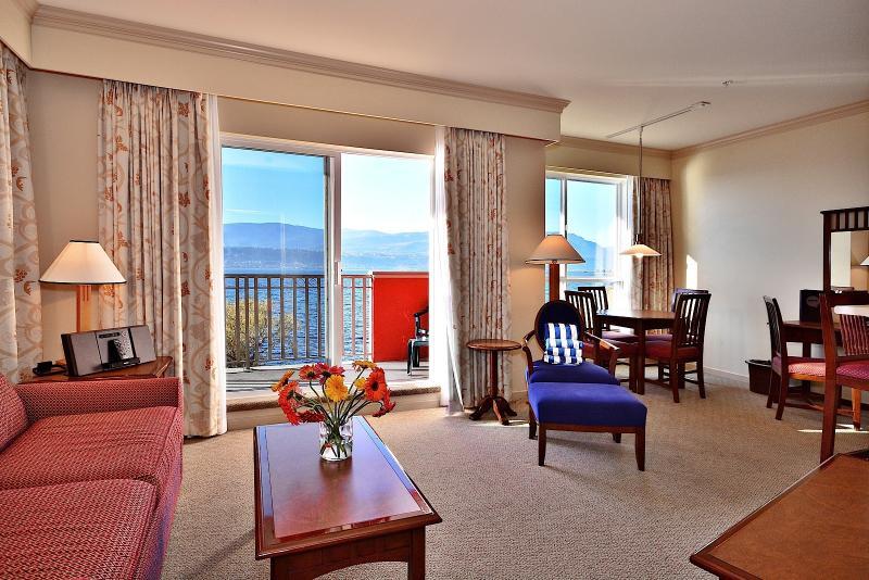 This stunning condo looks over the beautiful lake - Kelowna Manteo Resort 1 Bedroom Lakeside Suite - Kelowna - rentals
