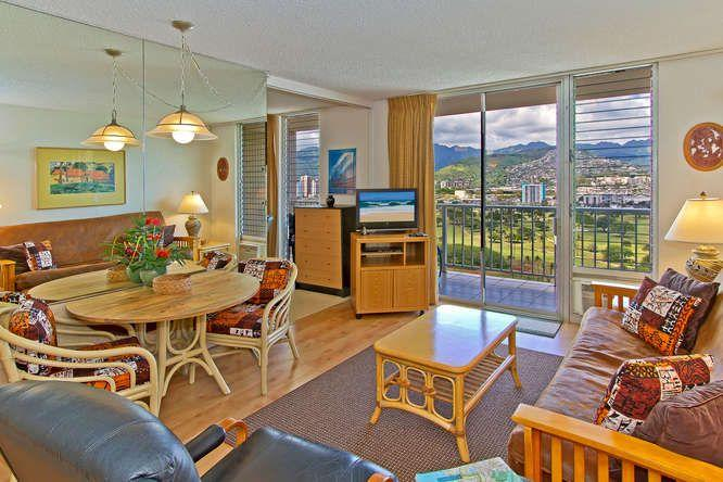 The Living Room with Panoramic Mountain Views - Free Parking, Full Kitchen, & Panoramic Mt Views! - Honolulu - rentals