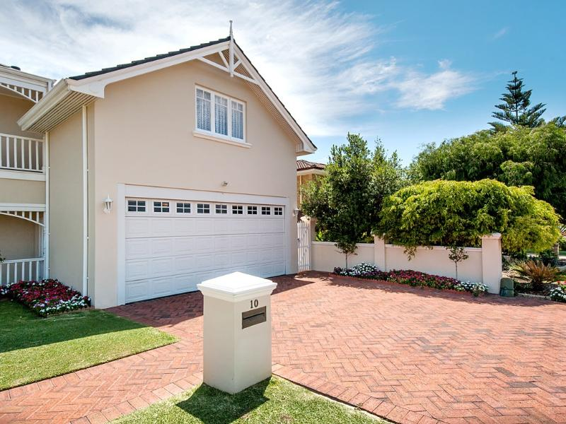 Front of sunset lodge with own private side gate - Luxury one bedroom house with pool close to beach - Perth - rentals