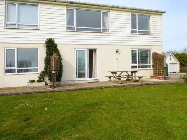 SEA AYR, cosy and bright ground floor apartment, parking, private patio, shared lawn, in Bude, Ref 935092 - Image 1 - Bude - rentals