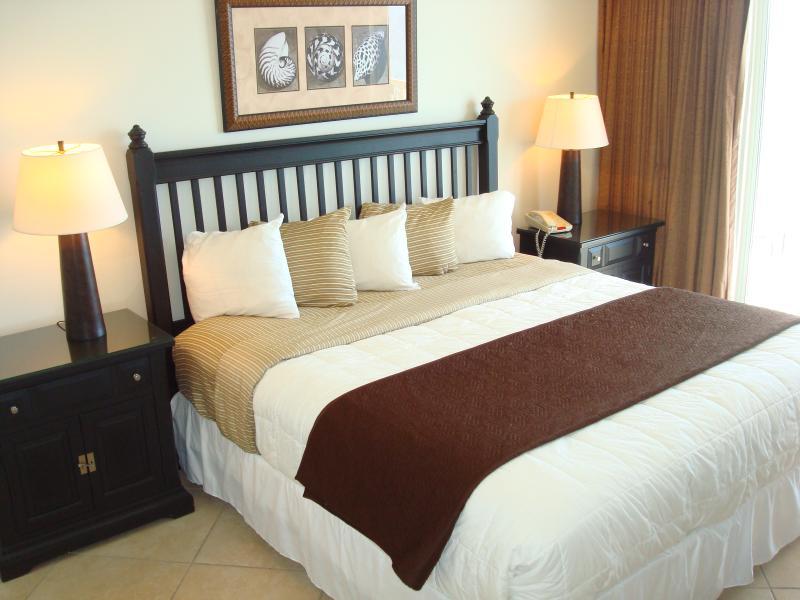 Large, restful master bedroom with king size bed and en suite master bathroom - CALYPSO DEALS! 10/23 - 10/31 & Free Bch Chrs - Panama City Beach - rentals
