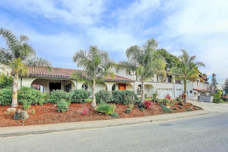 West Coast Villa 5000 sq. ft. has 5 bedrooms, 4 baths, fabulous kitchen, Hot Tub - Beautiful San Francisco Villa 5 bedrooms, Hot Tub - Castro Valley - rentals