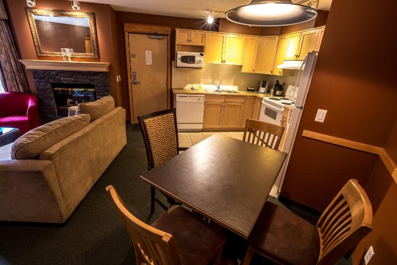 Beautifully decorated large living, dining and kitchen area - Canmore Windtower Lodge 1 Bedroom Fully-Equipped Condo - Canmore - rentals