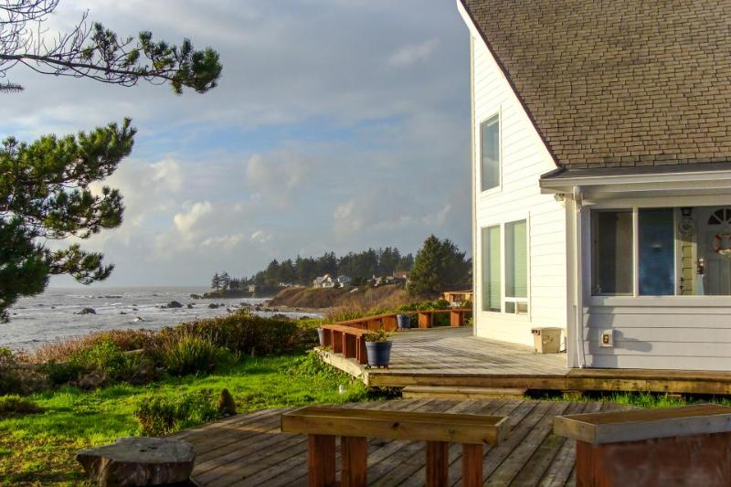 Oceanfront cottage with private hot tub - enjoy ocean from deck or living room! - Image 1 - Brookings - rentals