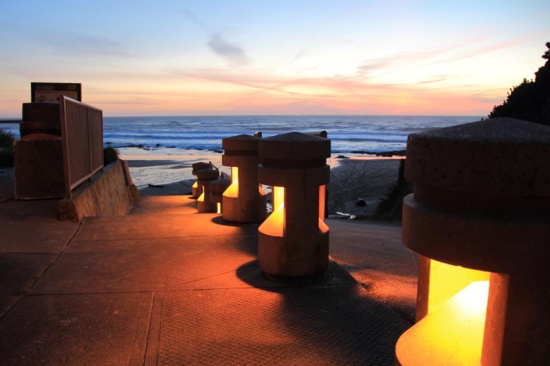 Quarterdeck- Studio,Fireplace, Beachfront, Kitchen - Image 1 - Lincoln City - rentals