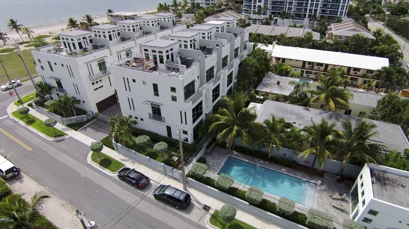 FABULOUS CONTEMPORARY TOWNHOME IN FRONT OF THE BEACH! - Fabulous contemporary townhome 2 steps from the beach! - Pompano Beach - rentals