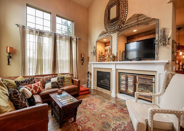 The living room - On the Old MIll Bluff -  Zen of luxury & design in downtown Bend w/a hot tub! - Bend - rentals