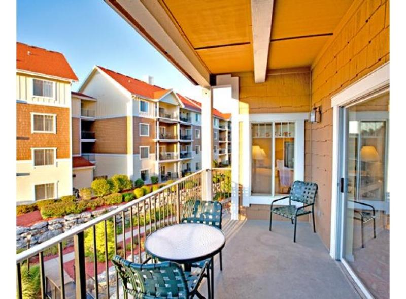The balcony on our 1,555 square-foot, 3-bedroom, 2-bathroom condo is a guest favourite! - So Much Live Entertainment - Wyndham Branson Mountain Vista 3-BR Condo - Branson - rentals