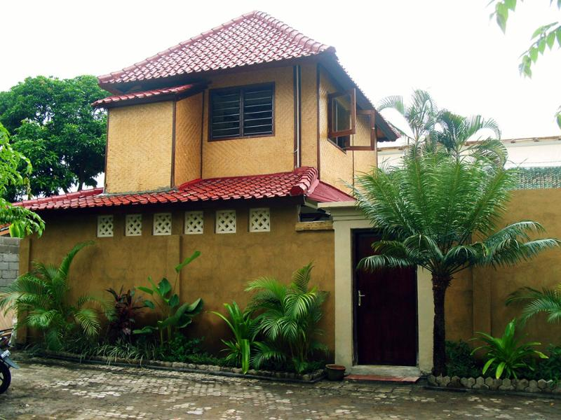 Front Door with upstairs bedroom and private street - Casita Ombak, Super Great, Low Rate - Seminyak - rentals