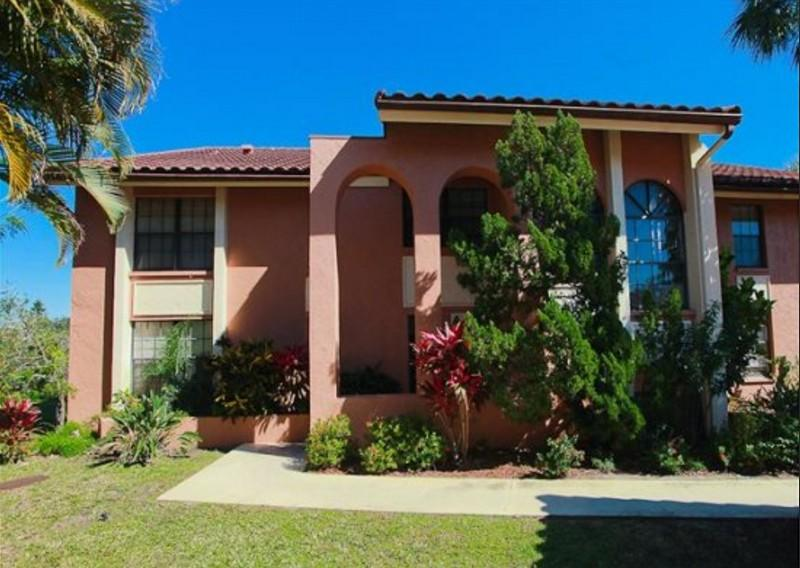 Los Lagos nr 12 condo entry built in traditional Spanish architecture style. - Lakeside LosLagos LeisureVacation Rental Sarasota - Sarasota - rentals