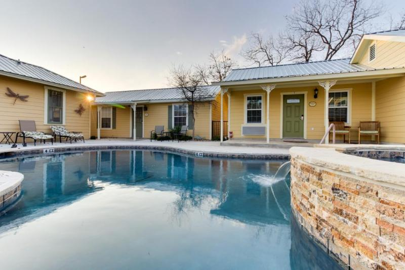 Sweet little cottage on Main Street, w/shared pool & hot tub - Image 1 - Fredericksburg - rentals