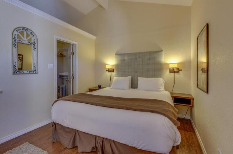 Comfortable suite near downtown w/shared pool & hot tub! - Image 1 - Fredericksburg - rentals