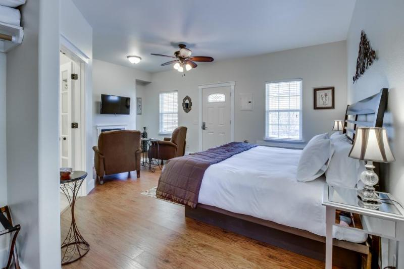 Modern studio suite on Main St. w/pool & hot tub access! - Image 1 - Fredericksburg - rentals