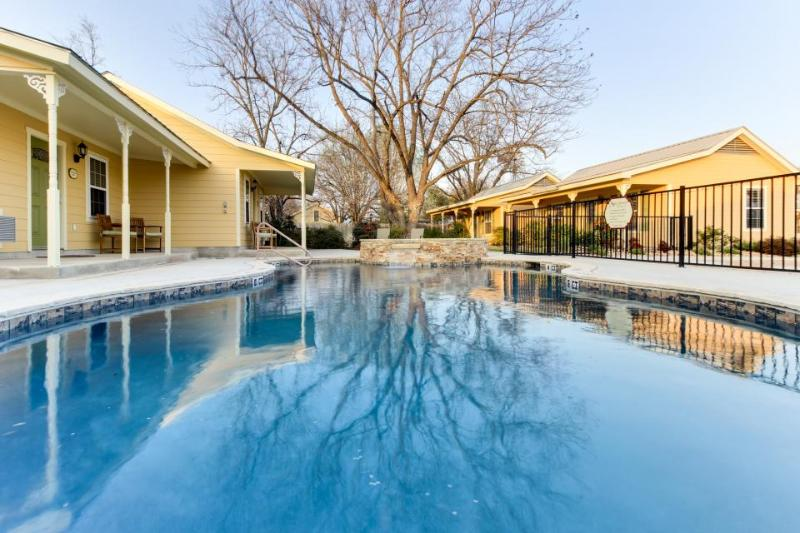 Cozy king suite w/jetted tub, shared pool & hot tub access - Image 1 - Fredericksburg - rentals