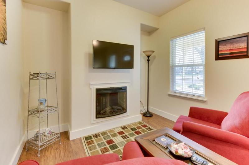 Cozy suite with a community pool & hot tub, perfect Main Street location! - Image 1 - Fredericksburg - rentals
