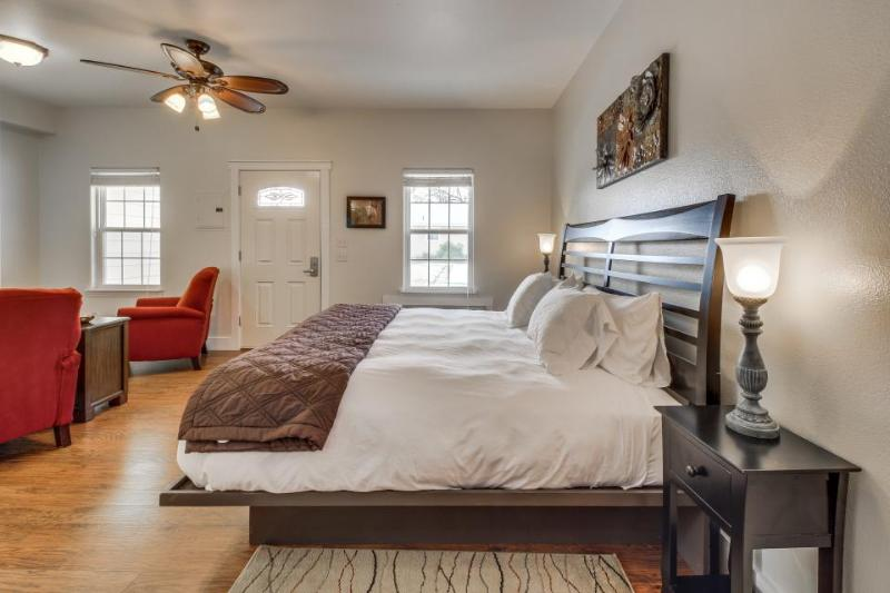 Tranquil, contemporary king suite with a shared hot tub & pool! - Image 1 - Fredericksburg - rentals