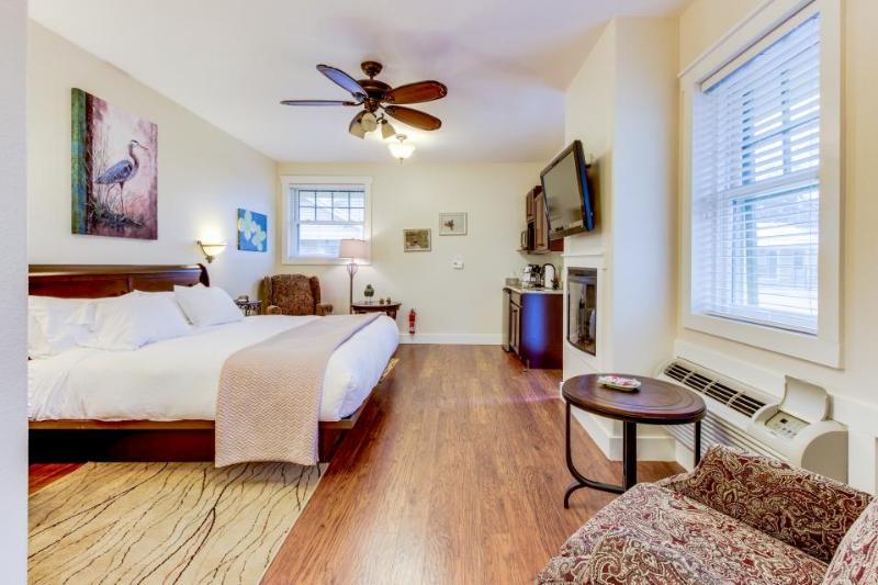 Studio suite on Main Street  - shared pool and hot tub! - Image 1 - Fredericksburg - rentals
