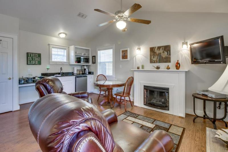 Stylish, modern cottage w/shared hot tub & pool - great location! - Image 1 - Fredericksburg - rentals