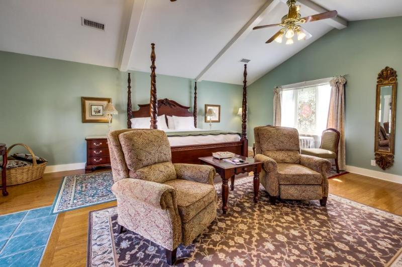 Romantic studio suite w/ kitchenette and shared pool/hot tub - Image 1 - Fredericksburg - rentals