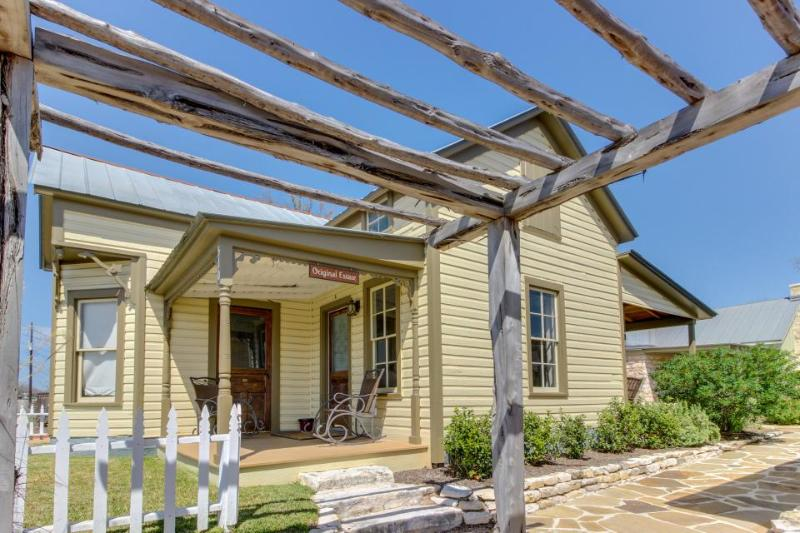 Cozy dog-friendly cottage - close to downtown's shops, dining, & wineries! - Image 1 - Fredericksburg - rentals