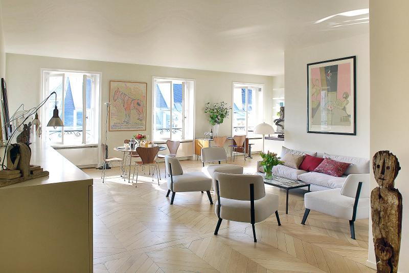 Chic 3 Bedroom Apartment in Saint Germain - Image 1 - Paris - rentals
