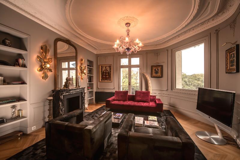 Picturesque 3 Bedroom Apartment Near Notre Dame - Image 1 - Paris - rentals